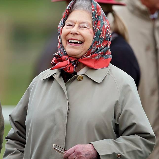 Ratu Elizabeth Mengisengi Para Turis yang Tak Mengenalinya
