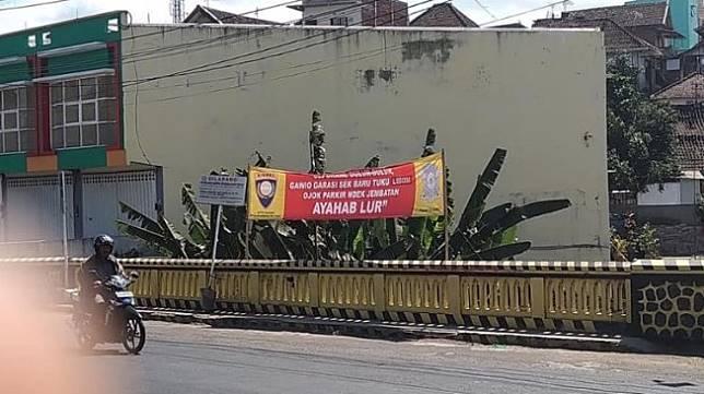 Spanduk Imbauan Dilarang Parkir. (Facebook/Dwi)