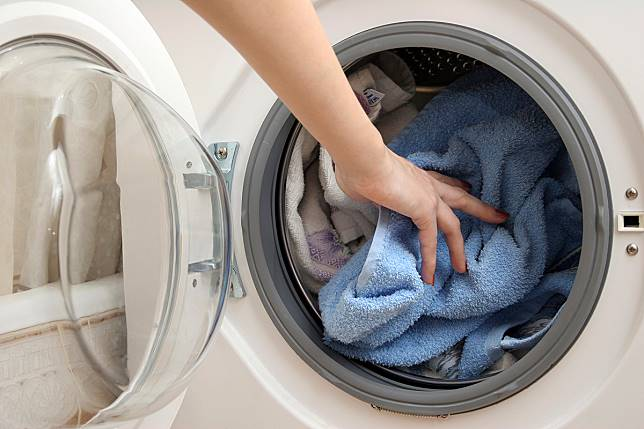 ▲專家建議,清洗衣物前,一定要做好洗衣機清潔,才能達到滅菌的功效。(圖/信義居家提供)