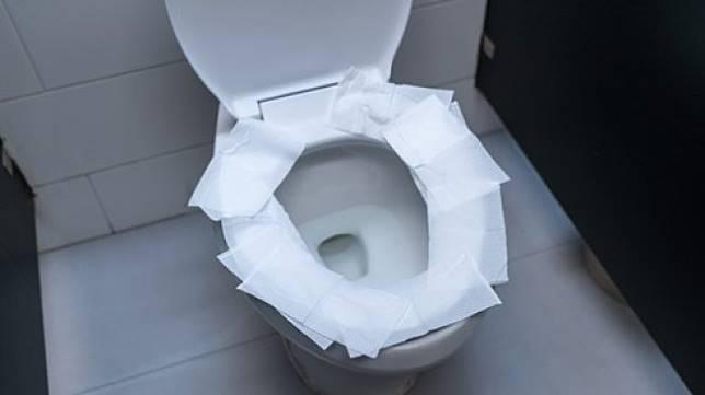 Ini Alasan Kenapa Melapisi Dudukan Toilet dengan Tisu Adalah Sia-Sia