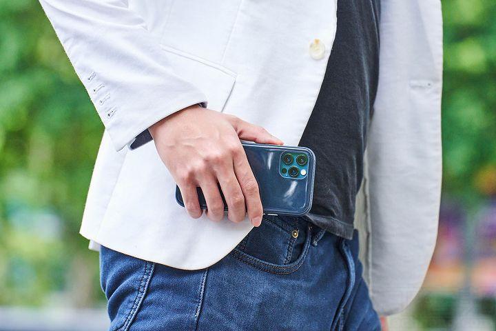 邊框加上菱形格紋設計,提升手握時的防滑效果。
