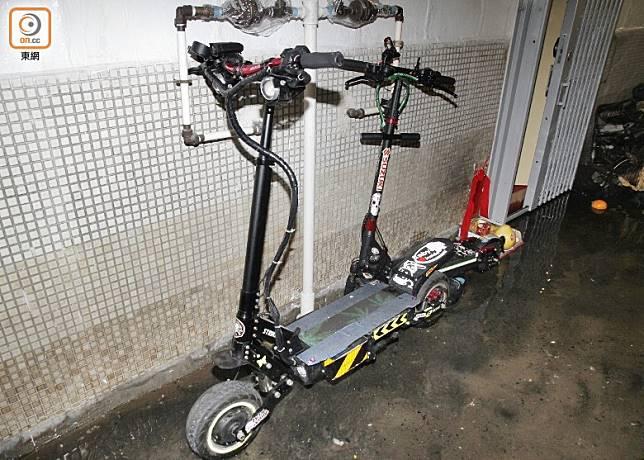 肇事單位對開走廊擺放有兩部電動滑板車。(葉嘉文攝)