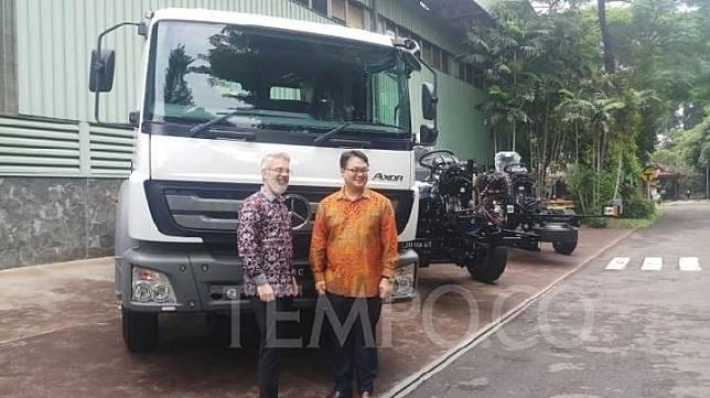 Presiden Director PT Daimler Commercial Vehicles Indonesia, Jung Woo Park (kiri) dan Presiden Director, PT Daimler Commercial Vehicle Manufacturing Indonesia, Tim Grieger (kanan), di Wanaherang, Bogor, 18 Februari 2020. TEMPO/Wira Utama