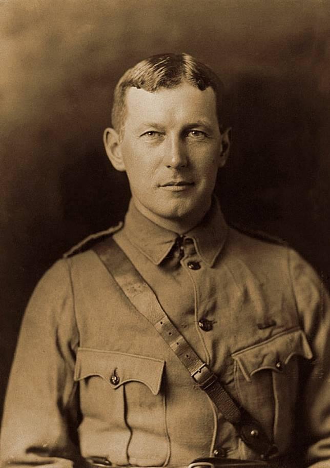 這項傳統源自加拿大軍醫John McCrae的一首詩《在法蘭德斯戰場》(In Flanders Fields)。(互聯網)