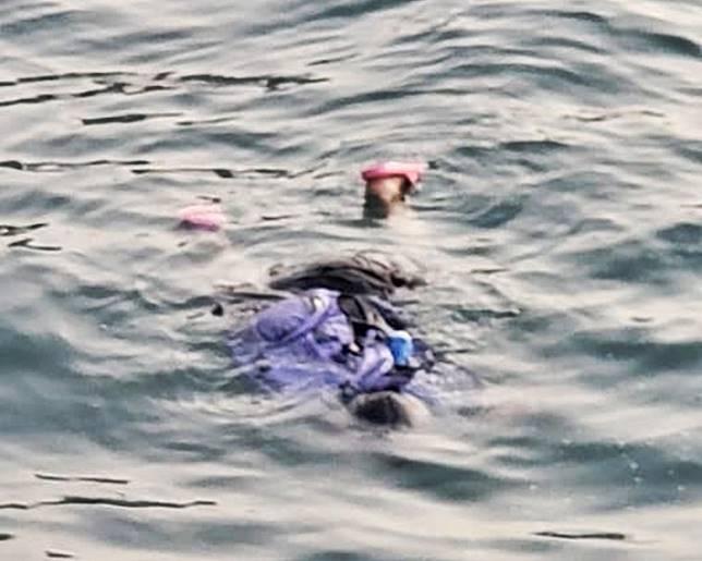 有人發現一名女子在海中載浮載沉。網圖