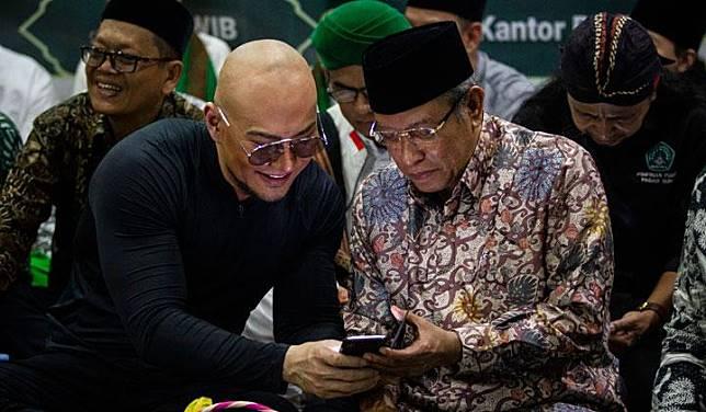 Ketua Umum Pengurus Besar Nahdlatul Ulama (PBNU) Said Aqil Siradj (kanan) bersama artis Deddy Corbuzier (kiri) saat menghadiri Istighosah PBNU di Jakarta, Rabu, 31 Juli 2019. Istighosah tersebut digelar untuk mendoakan Indonesia agar aman dan damai. ANTARA