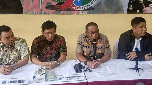Jakarta Police spokesman Sr. Comr. Yusri Yunus (second from right) talks to reporters in a press conference on the shooting of a suspected drug dealer at Kramatjati Police Hospital in East Jakarta on Friday, December 6, 2019. TEMPO/M Yusuf Manurung