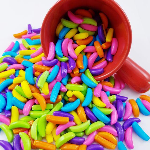"""""""踏出一步就是紅毯,聚光燈打在身上,閃光燈重未停止,吸引目光,早已習慣。"""" 逼真的 #香蕉 #造型糖果 ,披著鮮艷色彩的糖衣,伴隨特有香蕉風味,只要拿出來享用,就可以吸引所有人的目光,適合當作派對中的"""