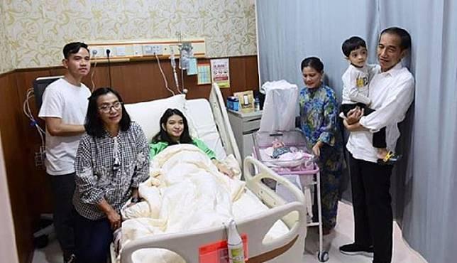 Presiden Joko Widodo atau Jokowi saat berkunjung ke rumah sakit untuk menyambut kelahiran cucu ketiganya, La Lembah Manah. Instagram