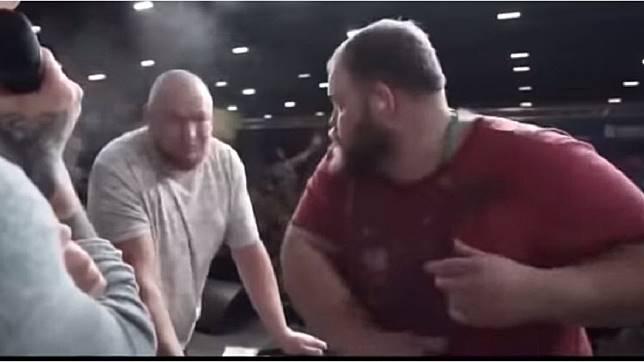 俄羅斯日前舉辦呼巴掌大賽,前任冠軍(紅衣者)先展開攻擊。(圖/翻攝自YouTube)