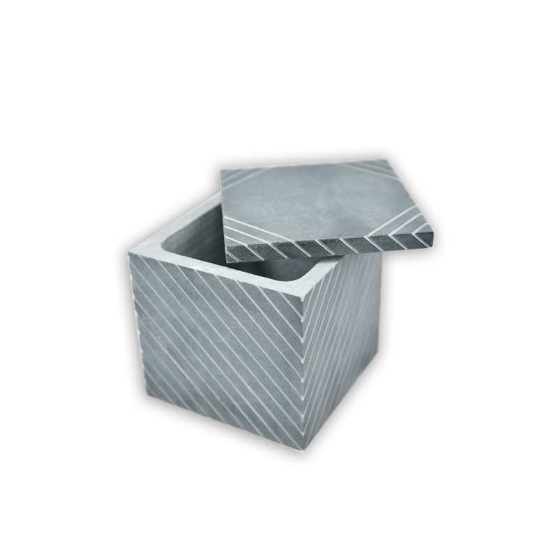 商品特色:精緻優雅的紋路、手感微涼的質地,讓您的生活多了一點古樸禪意;可當作飾品盒、放置小物收納盒等。商品內容:蛇紋岩造型珠寶盒(方)(10*10*10CM)商品材質:蛇紋岩商品重量:1.282kg商
