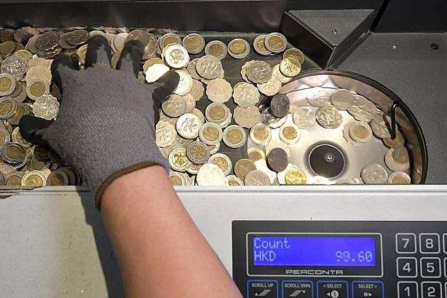 硬幣收回後安排分類,較新的會回流市面,有殘缺的則運往外地鑄幣廠熔解。