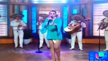墨西哥女歌手現場表演到一半 疑似衛生棉居然掉出來!