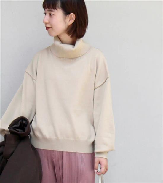 羊毛混紡針織面料,舒適保暖。鬆身落肩版型。寬鬆翻領設計,具有分量感。結帳金額滿 3,000 以上,享刷卡三期 0 利率。