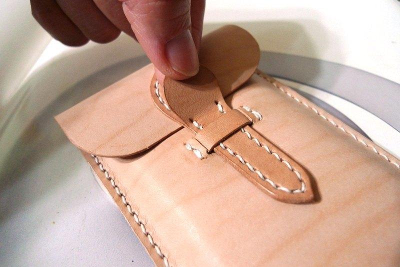 >適用於蘋果4,5&6 系列的手機套(當然,如果您是htc 或三星 也可以的) 個人一直很不愛有側邊厚度的皮套,因此,這款皮套 就做成扁平型~ 因此,選用的皮革就會是輕薄不厚重,但又有些挺度的1mm厚