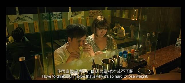 鄭欣宜同鄧健泓喺居酒屋飲酒。
