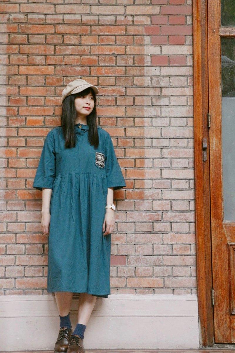 連帽和民族布小口袋設計令簡約洋裝更活潑。配上運動鞋是好動女生;配上小皮鞋是文靜女生—每個女生都能穿出不同感覺!
