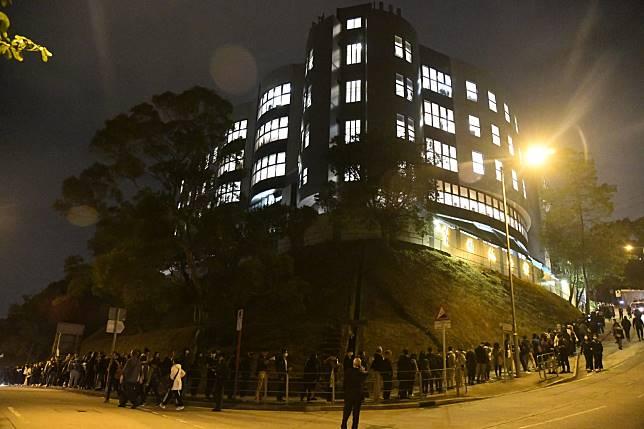 人群沿紀念館外斜坡排隊等候進入