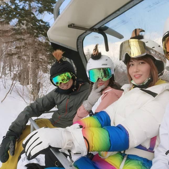 李彩華(右)與友人全副裝備坐吊車登雪山。