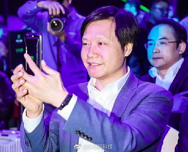 Saat meluncurkan Xiaomi Black Shark 13 April 2018, CEO Lei Jun terlihat mengenakan Mi Band 3. Kredit: Mydrivers.com