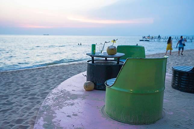 沙灘充滿各款設計別緻的坐位區域,大家可以嘆個椰青、飲杯啤酒欣賞靚景。