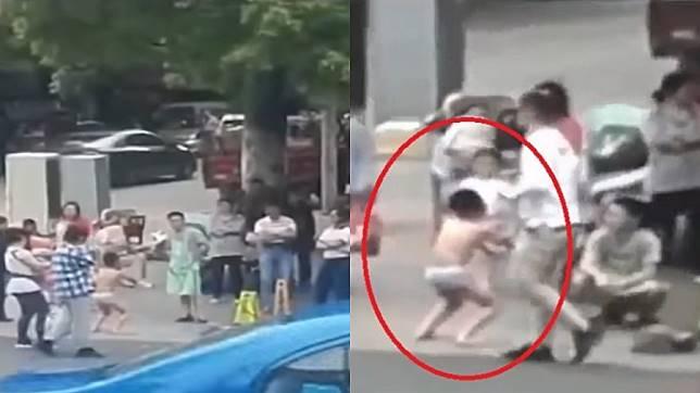 สุดยอดคุณแม่ จับลูกชาย แก้ผ้าสควอทกลางถนน หลังจับได้ว่าไปลวนลามผู้หญิง