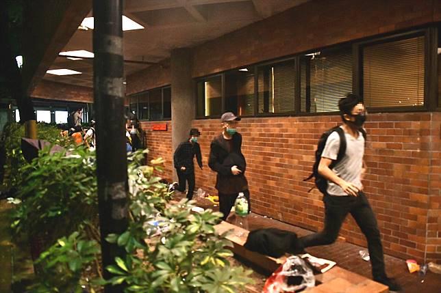 示威者嘗試逃跑。