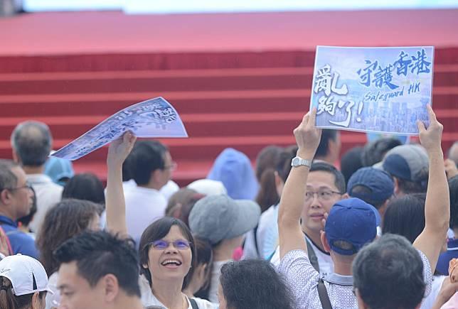 集會人士手持標語