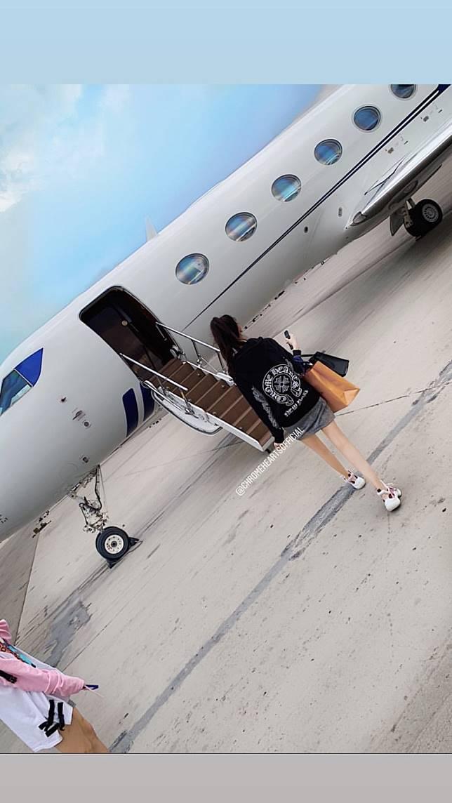 坐私人飛機。