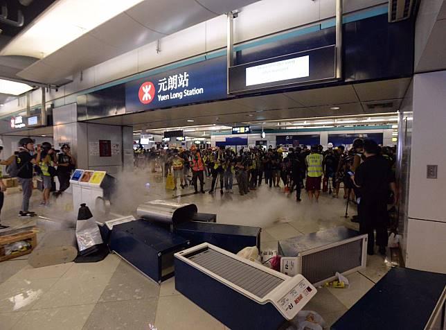 示威者在西鐵站內設置路障