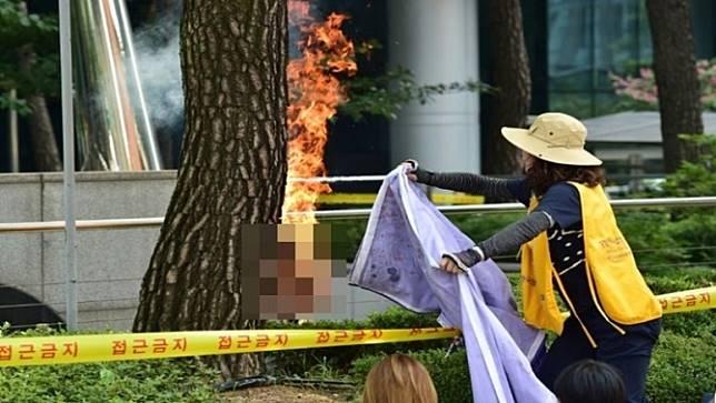 ชายเกาหลีใต้วัย78ปีจุดไฟฆ่าตัวตาย หน้าสถานทูตญี่ปุ่นประจำกรุงโซล