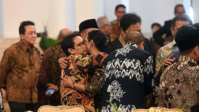 Menteri Luar Negeri Retno Marsudi (kiri) berpelukan dengan Menteri BUMN Rini Soemarno (kanan) dalam acara silaturahmi kabinet kerja di Istana Negara, Jakarta, Jumat 18 Oktober 2019. Silaturahmi itu juga merupakan ajang perpisahan presiden, wakil presiden serta para menteri kabinet kerja yang telah bekerja sama selama lima tahun pemerintahan Joko Widodo-Jusuf Kalla. ANTARA FOTO/Akbar Nugroho Gumay