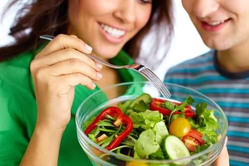 Ilustrasi makan salad sayur. (shutterstock)