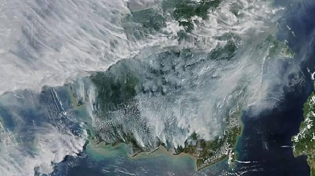 Kabut asap menyelimuti Kalimantan dalam pemotretan oleh satelt NASA, 15 September 2019. (MODIS/NASA)
