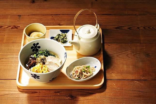 餐廳內的茶泡飯全以Set端上,附有兩碟副菜加一條醃菜,並可點選不同飯量。(互聯網)