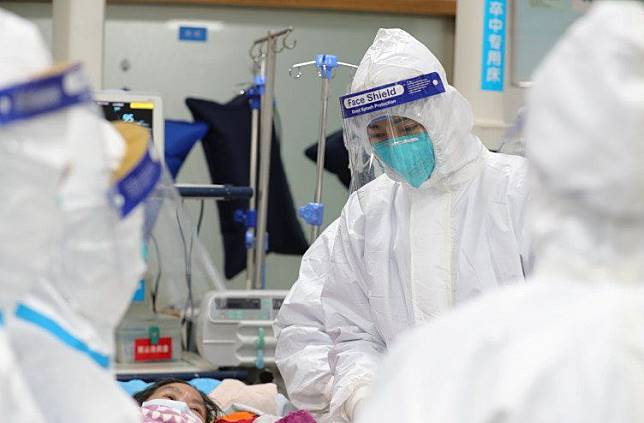 STAF medis melakukan perawatan dan pengobatan terhadap sejumlah pasien yang terjangkit virus Corona di Central Hospital di Wuhan, Tiongkok, Sabtu 25 Januari 2020.*