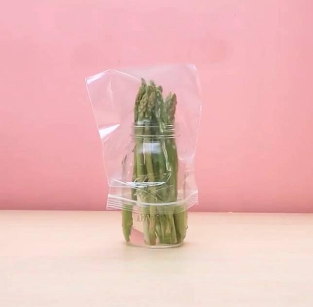蘆筍切去尾段2吋,浸在水樽再套入膠袋,可延長其保鮮期。(互聯網)