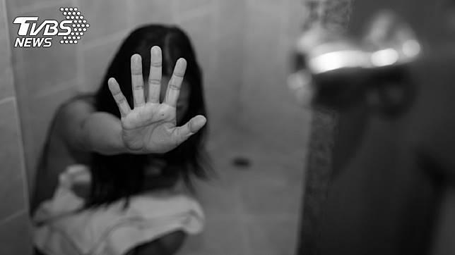 公公長期強迫媳婦與自己發生性行為,丈夫竟不以為意。示意圖/TVBS