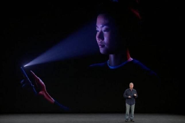Fitur Face ID pada iPhone X. Apple telah merilis per 29 April 2020 sistem operasi versi beta yang mengantar teknologi pengenal wajah era COVID-19 kepada para pengguna.  (apple.com)