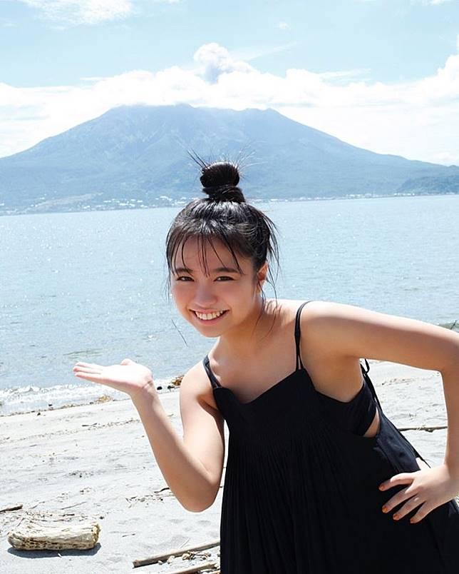 優乃最新寫真集《吐息》,特別揀選家鄉鹿兒島作為拍攝場地。(互聯網)