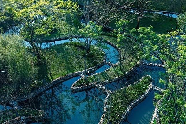 幽雅的小溪樹林園景,潺潺水聲伴隨,令人心曠神怡。(互聯網)