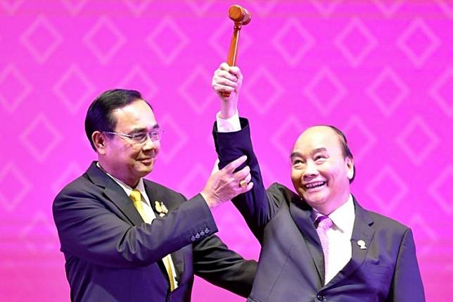 Vietnam leads: Thai Prime Minister Prayut Chan-o-cha (left) hands over the gavel for ASEAN chairmanship to Vietnamese Prime Minister Nguyen Xuan Phuc during the closing ceremony of the 35th ASEAN Summit in Bangkok on Nov. 4, 2019.