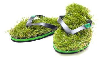 拖鞋也走綠設計?把草地隨身帶著走!