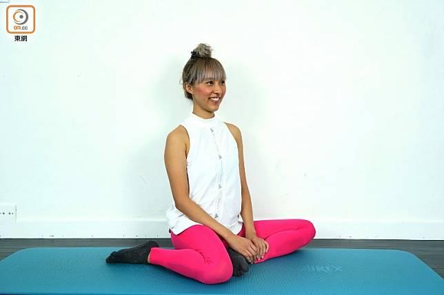 開始動作先曲膝坐在墊上,一隻腳向外曲起,另一隻腳向入曲起。(方偉堅攝)