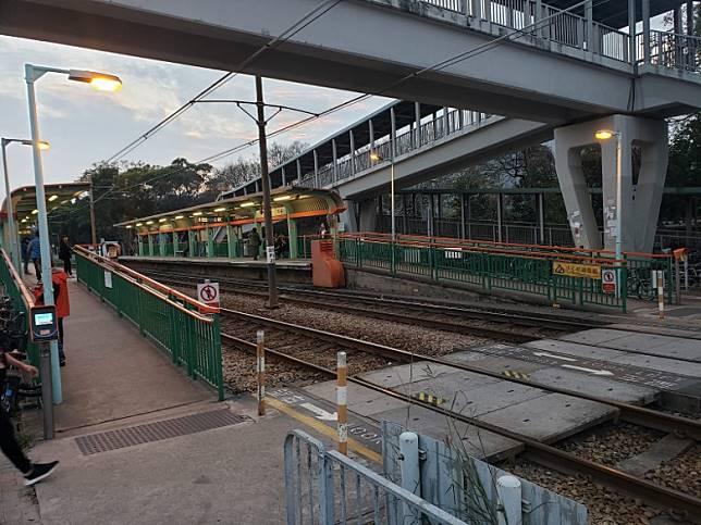 意外現場為輕鐵站的行人及單車過路處。(文健雄攝)