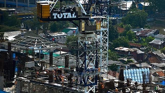 Pekerja tengah menyelesaikan pembangunan gedung bertingkat di kawasan Sudirman, Jakarta, Rabu, 9 Januari 2019.  Bank Dunia memprediksi pertumbuhan ekonomi global bakal melambat menjadi 2,9 persen pada tahun 2019. Angka itu turun dibandingkan dari pencapaian pertumbuhan ekonomi sebesar 3 persen pada 2018. TEMPO/Tony Hartawan