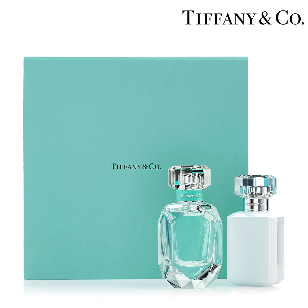 【商品特色】精緻稀少的鳶尾花在Tiffany & Co.逾百年的設計歷史中佔有重要的一席之地,鳶尾花的風潮流行可追溯於19世紀時,運用於珠寶設計或器皿的圖騰使用,更設計成鳶尾花心型項鍊,也成為「Tif
