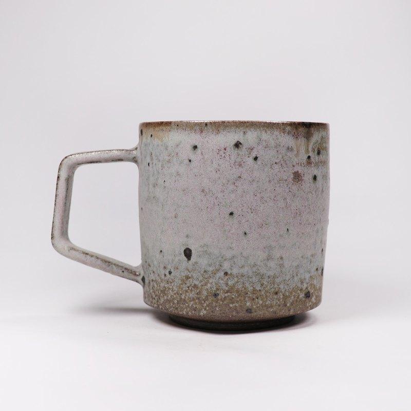 尺寸:8.5x12x9cm;手工拉坯/灰釉/柴燒。 全手工製作,作品表面有色澤不均、鐵斑紋或氣孔...為正常現象,原礦系列有較多鐵斑為作品特色。