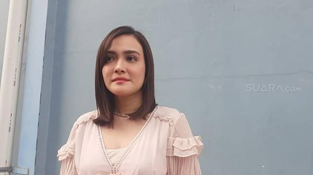 Shandy Aulia di Jalan Kapten P. Tendean, Mampang Prapatan, Jakarta Selatan, Kamis (27/6/2019). [Sumarni/Suara.com]