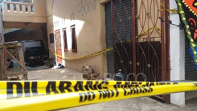 Sebuah mobil boks L-300 terparkir di rumah korban pembunuhan satu keluarga di Bekasi. Hingga Rabu, 14 November 2018 rumah duka tersebut masih dikeliling garis polisi, pita warna kuning. TEMPO/Adi Warsono